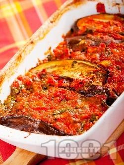 Печени патладжани на фурна по италиански с червени чушки (пиперки), домати, чесън и босилек - снимка на рецептата